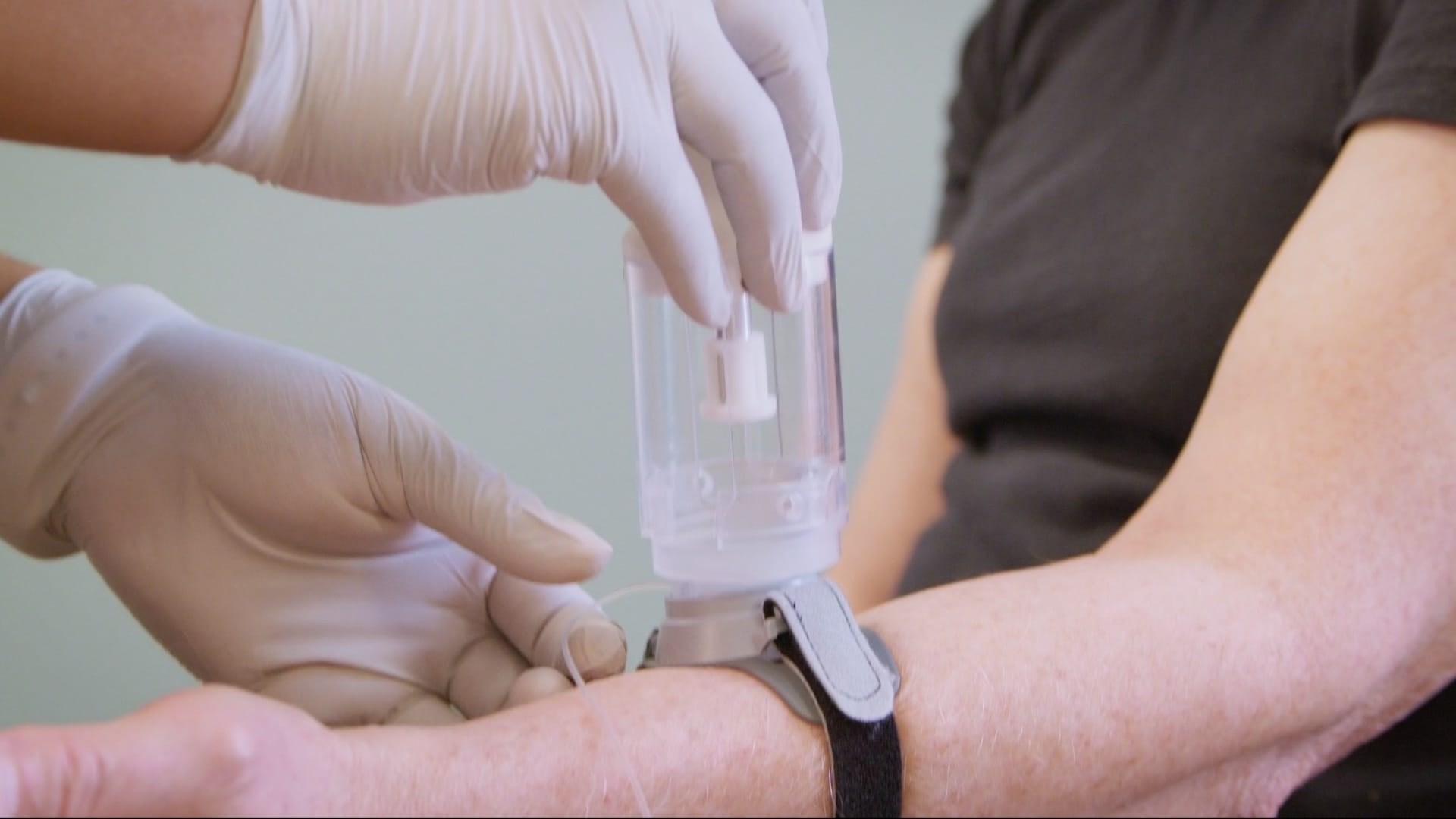 A medical professional uses Sofusa DoseConnect to administer a dose during a clinical trial.